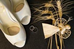 Детали украшения свадьбы Серебряные обручальные кольца и элегантные bridal ботинки Стоковое Изображение RF