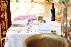Детали для крестить церемонию на таблице в церков. стоковая фотография rf