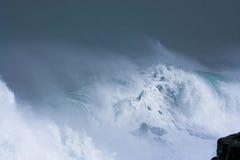 Детальная волна шторма зимы ломая и брызгая на береге Стоковые Фотографии RF