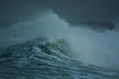 Детальная волна шторма зимы ломая и брызгая на береге Стоковые Фото