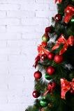 Детальное фото рождественской елки на белом backgro кирпичной стены Стоковая Фотография