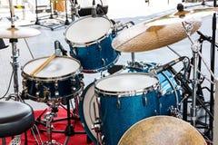 Детальный взгляд установки барабанчика установленной стоя на рогаче концерта внешнем стоковое изображение rf