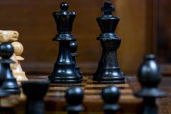 Детальный конец вверх шахмат вычисляет - черного короля, ферзя, грачонка, пешки Стоковые Фото