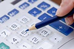 Чалькулятор и ручка добавляя номера бухгалтера Стоковая Фотография