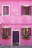 Деталь архитектуры красочного розового дома на острове Burano, Венеции Стоковая Фотография RF