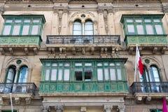Деталь балконов и зеленых окон Стоковые Изображения