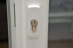 Деталь белых пластичных раздвижных дверей с фотографией замка Стоковые Изображения