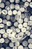 Деталь бокала и пробочек в фильтрованном старом винтажном стиле Стоковое Фото