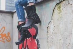 Деталь ботинок велосипедиста молодой женщины нося стоковое фото
