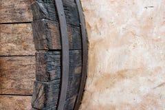 Деталь бочонка дуба с обручем на стене Стоковые Фото