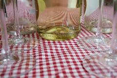 Деталь бутылки белого вина между каннелюрами шампанского Стоковые Фотографии RF