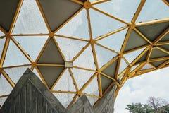 Деталь верхней части крыши формы диаманта павильона сада в садах ` s Perdana Куалаа-Лумпур ботанических в Jalan Tembusu, Малайзии Стоковое Изображение