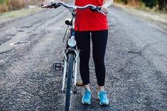 Деталь велосипеда Женские всадники на горных велосипедах через Стоковое Изображение RF