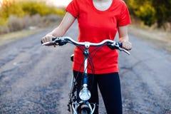 Деталь велосипеда Женские всадники на горных велосипедах через Стоковые Изображения