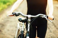 Деталь велосипеда Женщина ехать ее велосипед Велосипед на дороге стоковая фотография rf