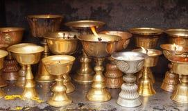 Деталь горящих свечей в буддийском монастыре Стоковые Фотографии RF
