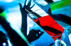 Деталь голубого и красного питья коктеиля на таблице диско с космосом для текста Стоковое Изображение RF