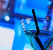 Деталь голубого питья коктеиля на таблице бара с космосом для текста Стоковая Фотография RF