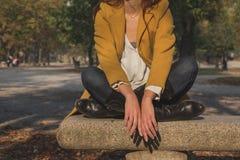Деталь девушки представляя в парке города Стоковые Фотографии RF