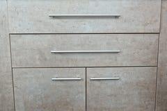 Деталь деревянного серого комода ящиков и двери в комнате Стоковые Фотографии RF