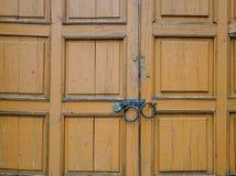 Деталь деревянной двери с замком на старом доме Стоковые Фото