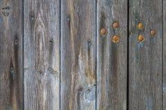 Деталь деревянной двери с заржаветыми ногтями Стоковые Изображения