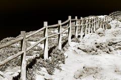 Деталь деревянной загородки построенной на скалистой земле Стоковые Изображения RF