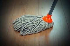 Деталь деревянной чистки пола с mop стоковые изображения