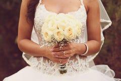 Деталь держать букета и рук роз невесты Стоковые Изображения RF