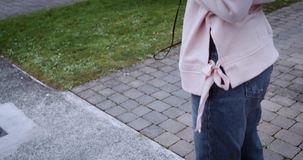 Женские ноги на улице видео фото 37-97