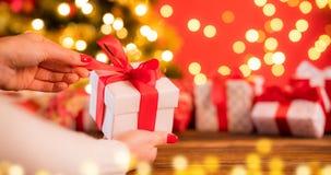 Деталь женщины вручает подарок рождества отверстия стоковое фото