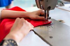 Деталь женщины на швейной машине и кнопках стоковое изображение rf