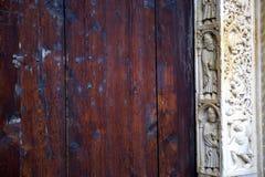 Деталь закрытых въездных ворота собора Моденаа, Италии Стоковое Фото