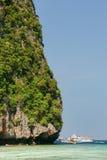 Деталь залива Майя скалы известняка окружающего на Phi Leh Phi стоковое фото