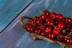 Деталь зрелых красных вишен на деревянной доске Сжатые сладостные вишни Стоковое Изображение RF