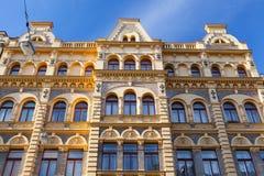 Деталь изумительного фасада традиционного здания в Праге Стоковые Фото