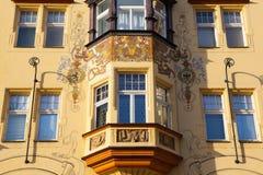 Деталь изумительного фасада традиционного здания в Праге Стоковые Изображения