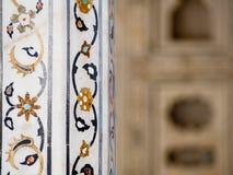 Деталь инкрустированного каменного украшения на форте Агры в Индии стоковое изображение