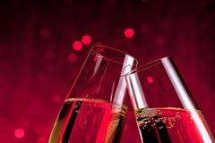 Деталь каннелюр шампанского на предпосылке bokeh красного света Стоковое Изображение RF