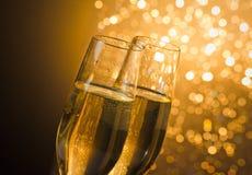 Деталь каннелюр шампанского с золотыми пузырями на темной золотой светлой предпосылке bokeh Стоковые Изображения RF