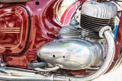 Деталь красного мотоцилк ветерана, встречая велосипедистов Стоковые Фотографии RF