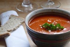 Деталь красного овощного супа в шаре гончарни Стоковое Фото