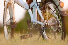Деталь крупного плана велосипеда на поле травы Стоковые Фотографии RF