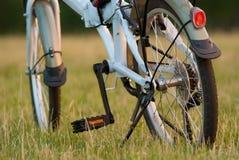 Деталь крупного плана велосипеда на поле травы Стоковое Фото