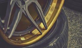 Деталь крупного плана колеса автомобиля золота алюминиевого Стоковые Изображения RF
