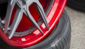 Деталь крупного плана красного алюминиевого колеса автомобиля Стоковые Фото