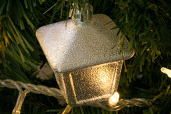 Деталь крупного плана рождественской елки с стилем камеры украшений сетноым-аналогов Стоковое Изображение