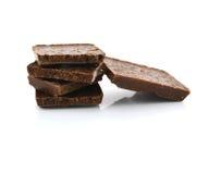 Деталь крупного плана шоколада разделяет на белой предпосылке Стоковое Изображение
