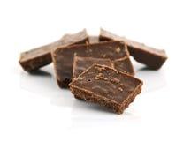 Деталь крупного плана шоколада разделяет на белой предпосылке Стоковая Фотография RF