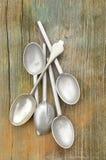 Деталь макроса близкая поднимающая вверх tarnished ручки серебряной ложки и ложки pewtr Стоковое Изображение